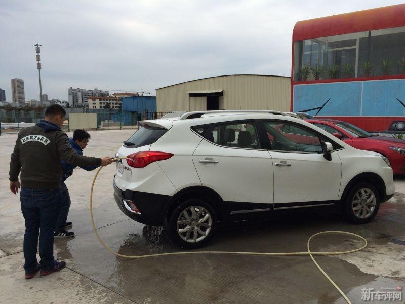地关注   #江淮瑞风S3#   #江淮瑞风S3#   DIY洗车是长测必修课   车评人高清图片